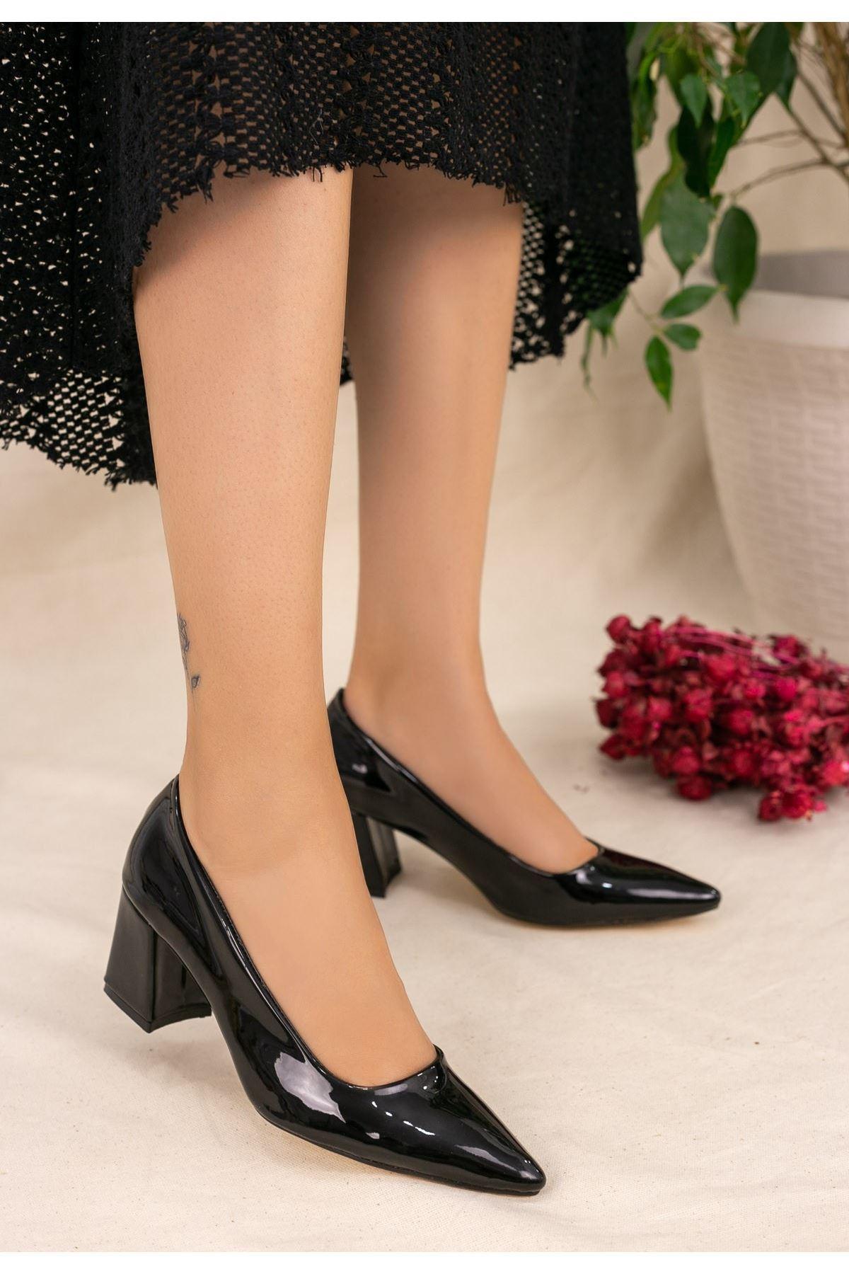 Manina Siyah Rugan Topuklu Ayakkabı