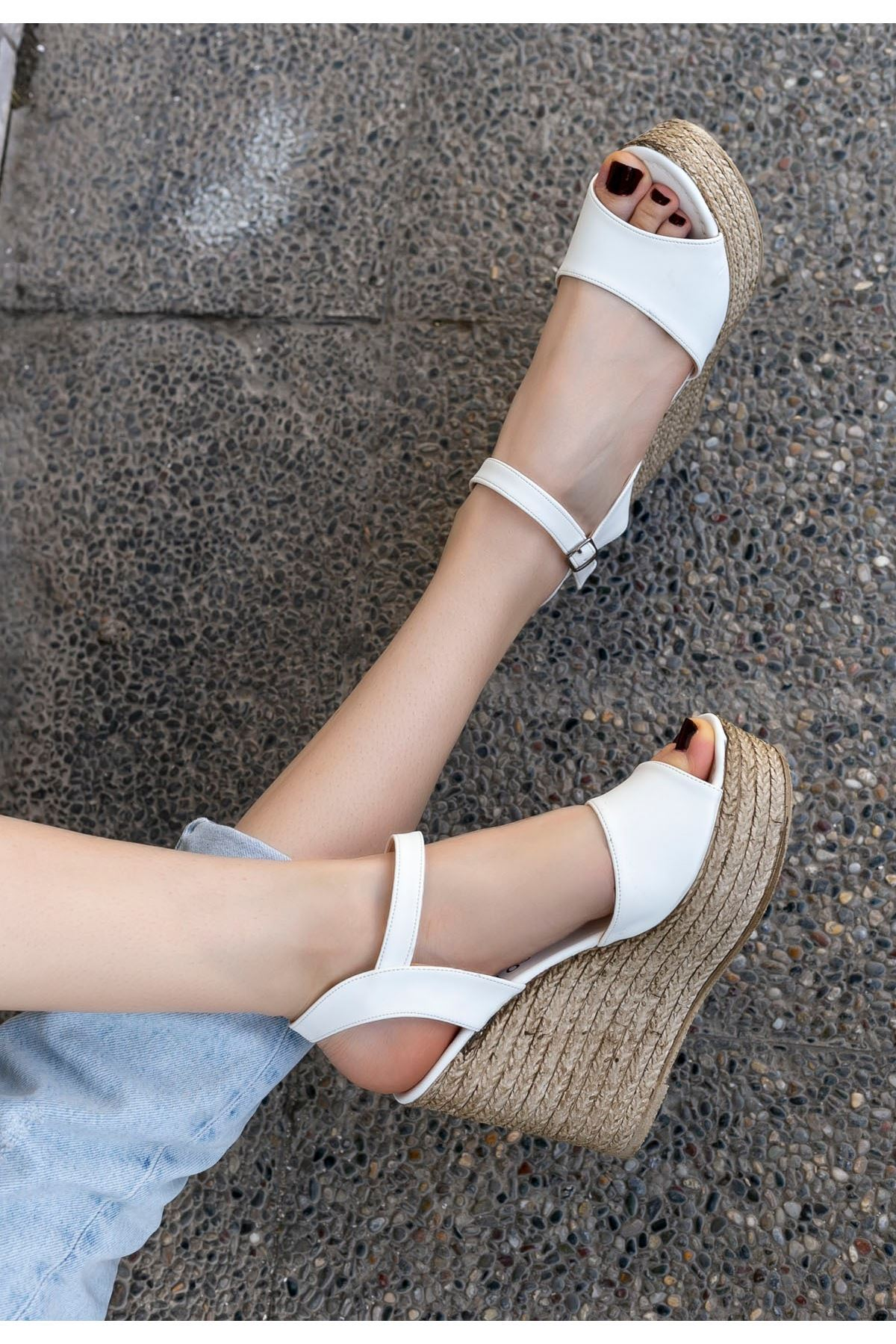 Loya Beyaz Cilt Dolgu Topuk Sandalet
