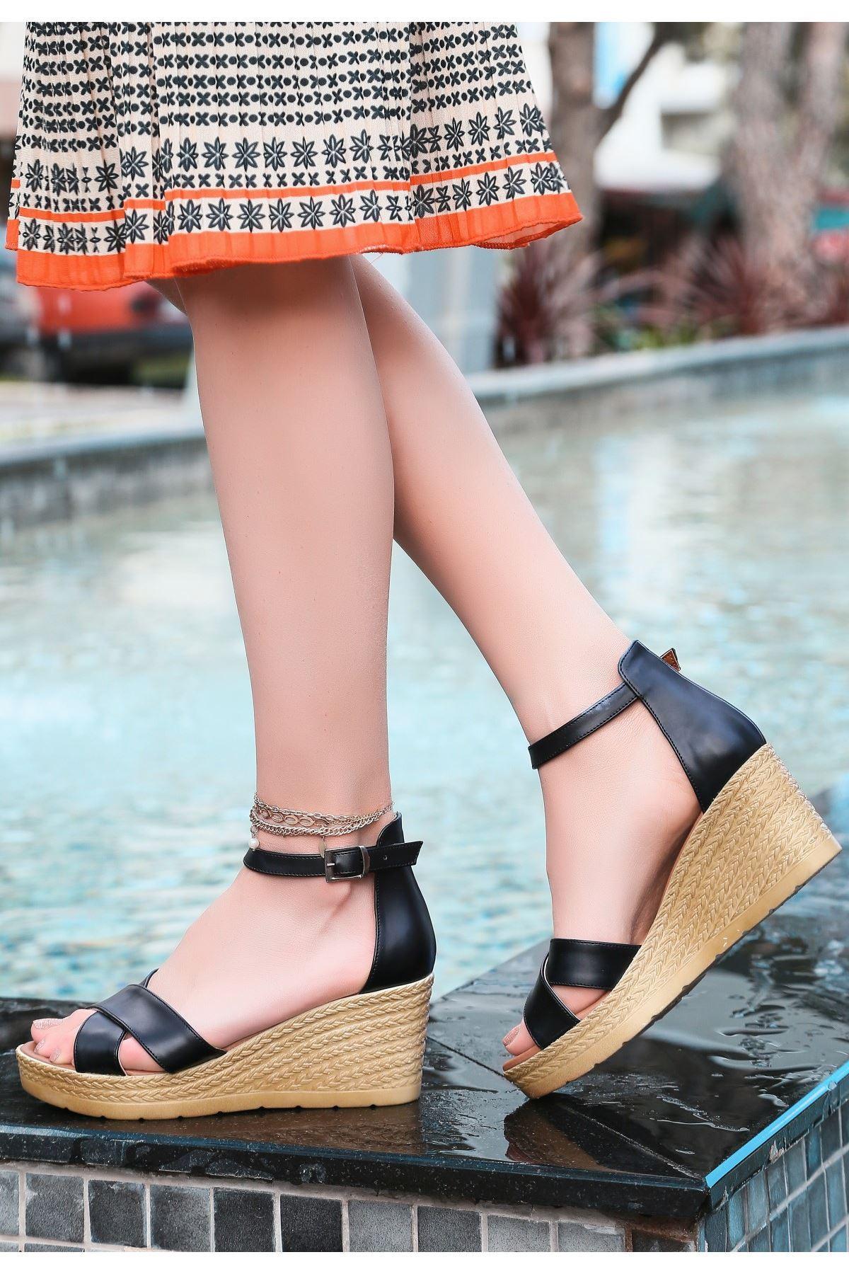 Ertu Siyah Cilt Dolgu Topuk Sandalet
