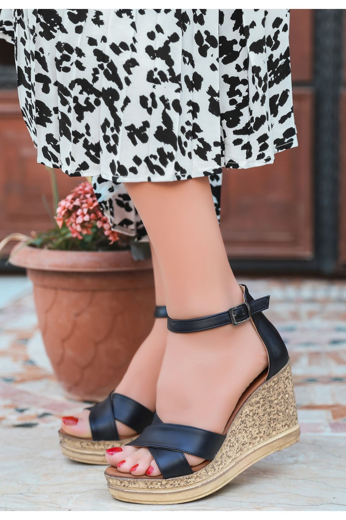 Petro Siyah Cilt Dolgu Topuk Sandalet