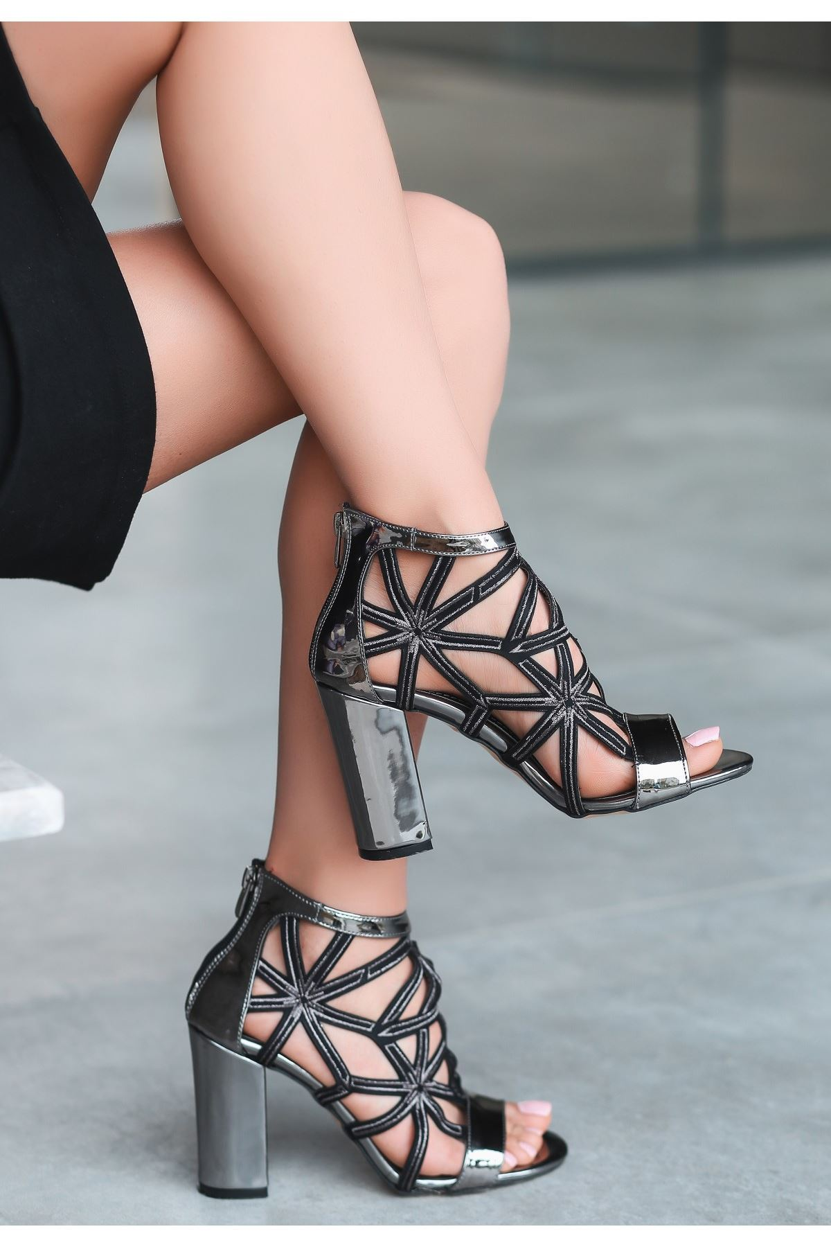Yumi Platin Rugan Topuklu Ayakkabı