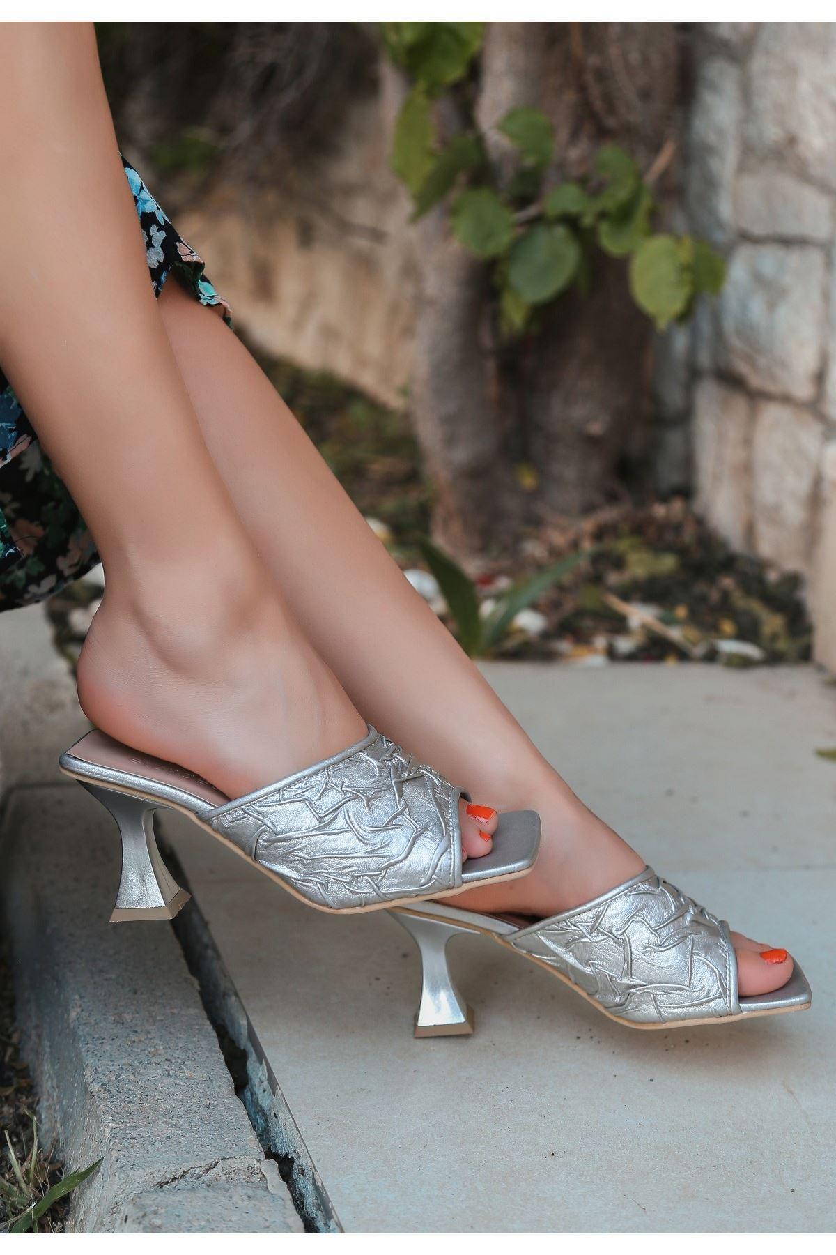 Zeng Gümüş Cilt Topuklu Terlik