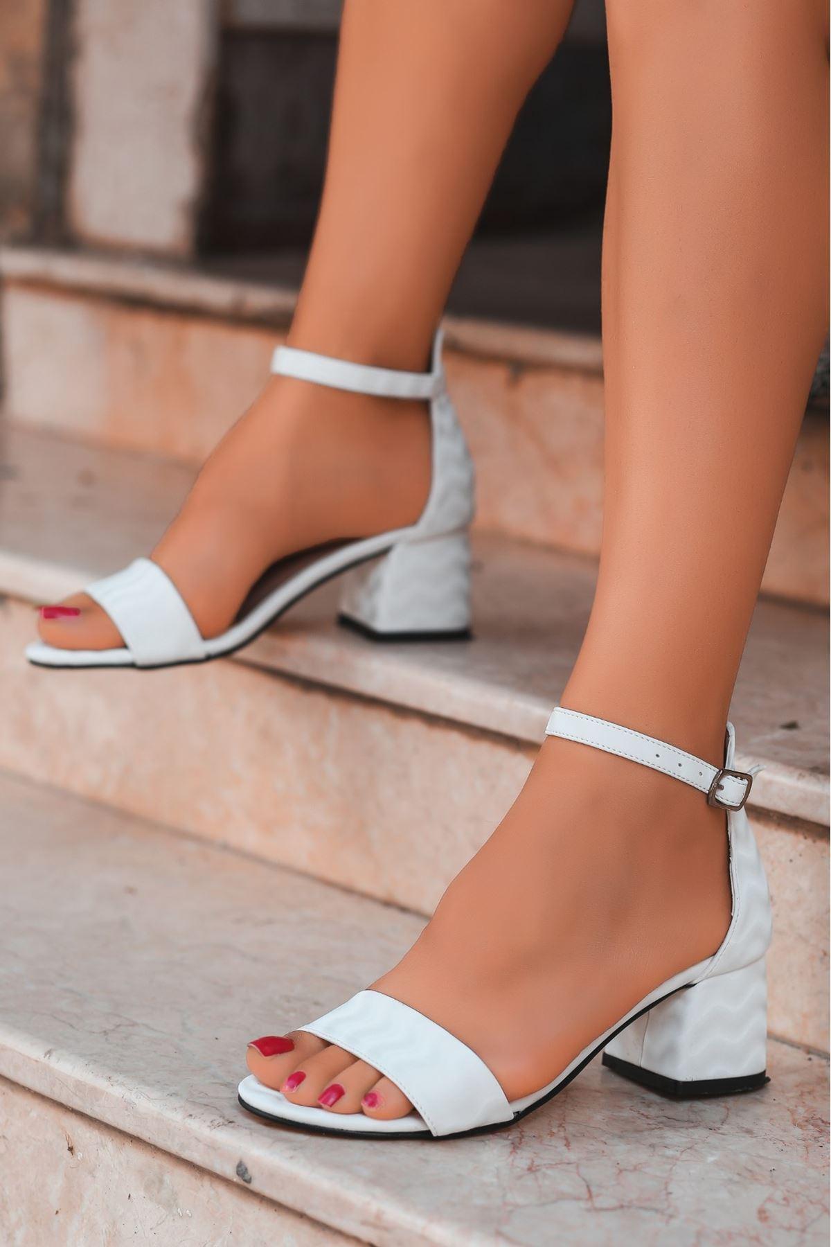Epon Beyaz Süet Desenli Tek Bant Topuklu Ayakkabı