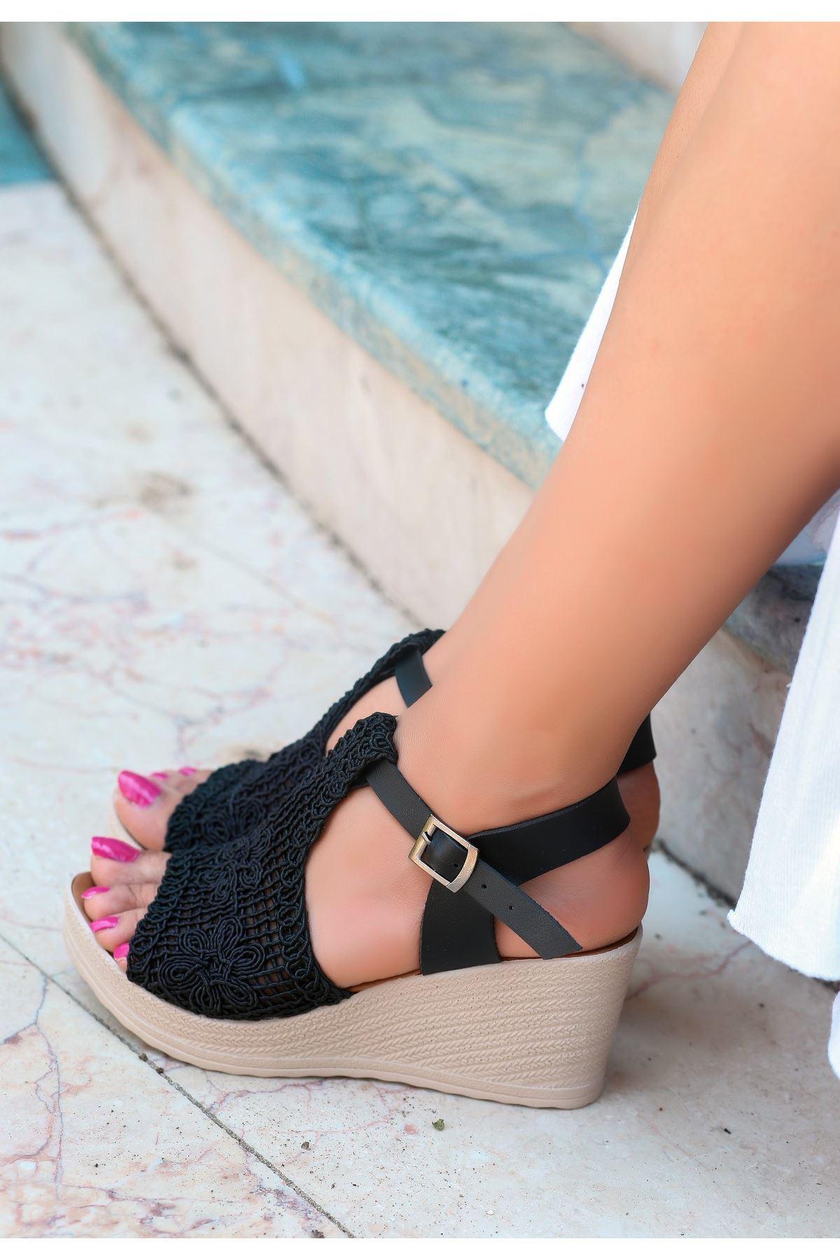 Simo Siyah Örgülü Dolgu Topuk Sandalet
