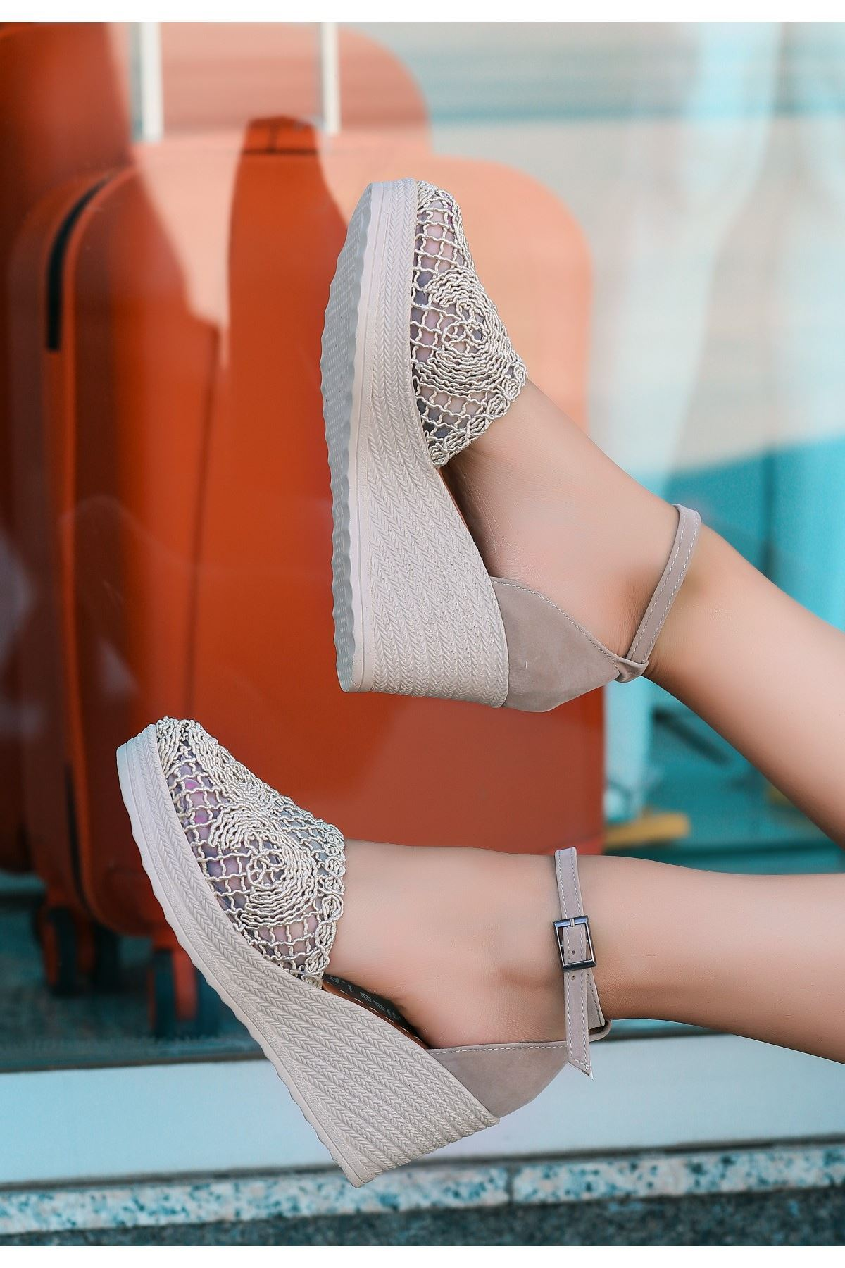 Jioni Krem Örgülü Dolgu Topuk Sandalet