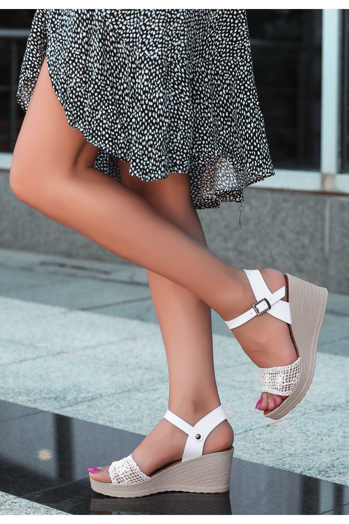 Vesu Beyaz Örgülü Dolgu Topuk Sandalet