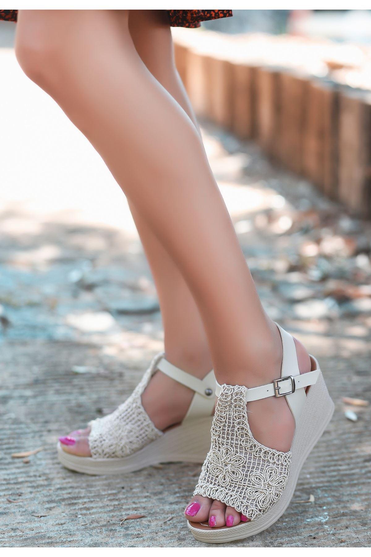 Simo Krem Örgülü Dolgu Topuk Sandalet