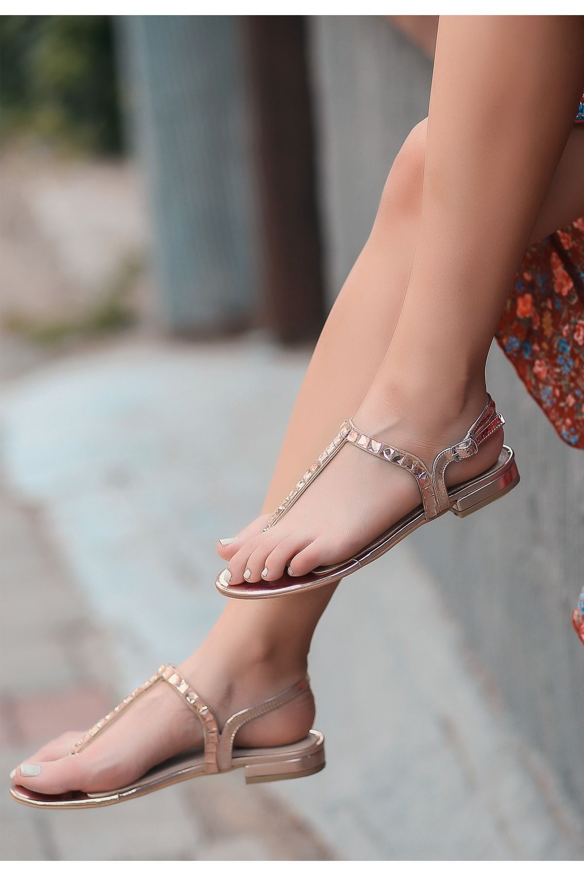 Cuis Bakır Rugan Boncuklu Sandalet