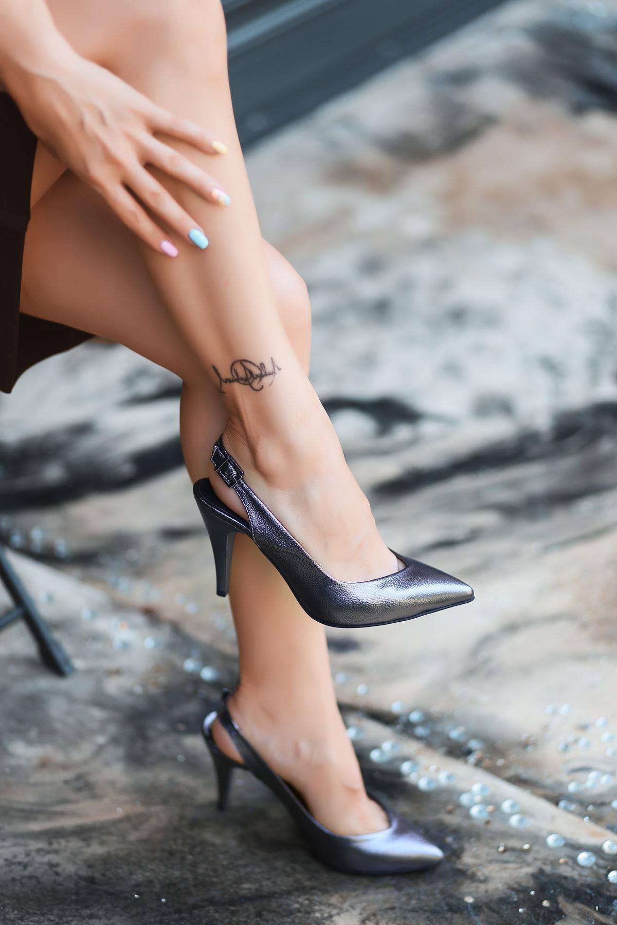 Gomi Platin Cilt Desenli Topuklu Ayakkabı