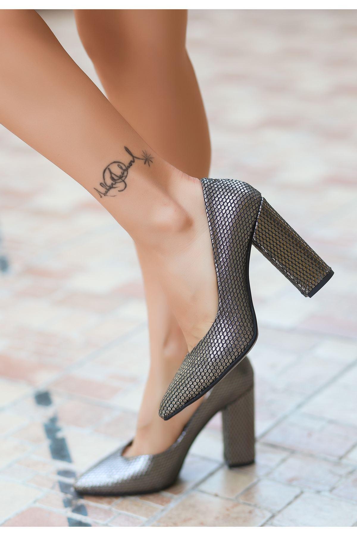 Adrix Gümüş Cilt Desenli Topuklu Ayakkabı