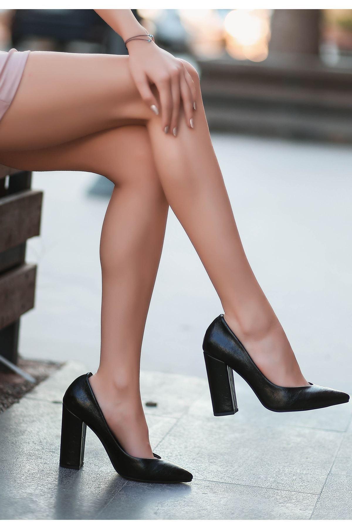 Adrix Siyah Cilt Topuklu Desenli Ayakkabı