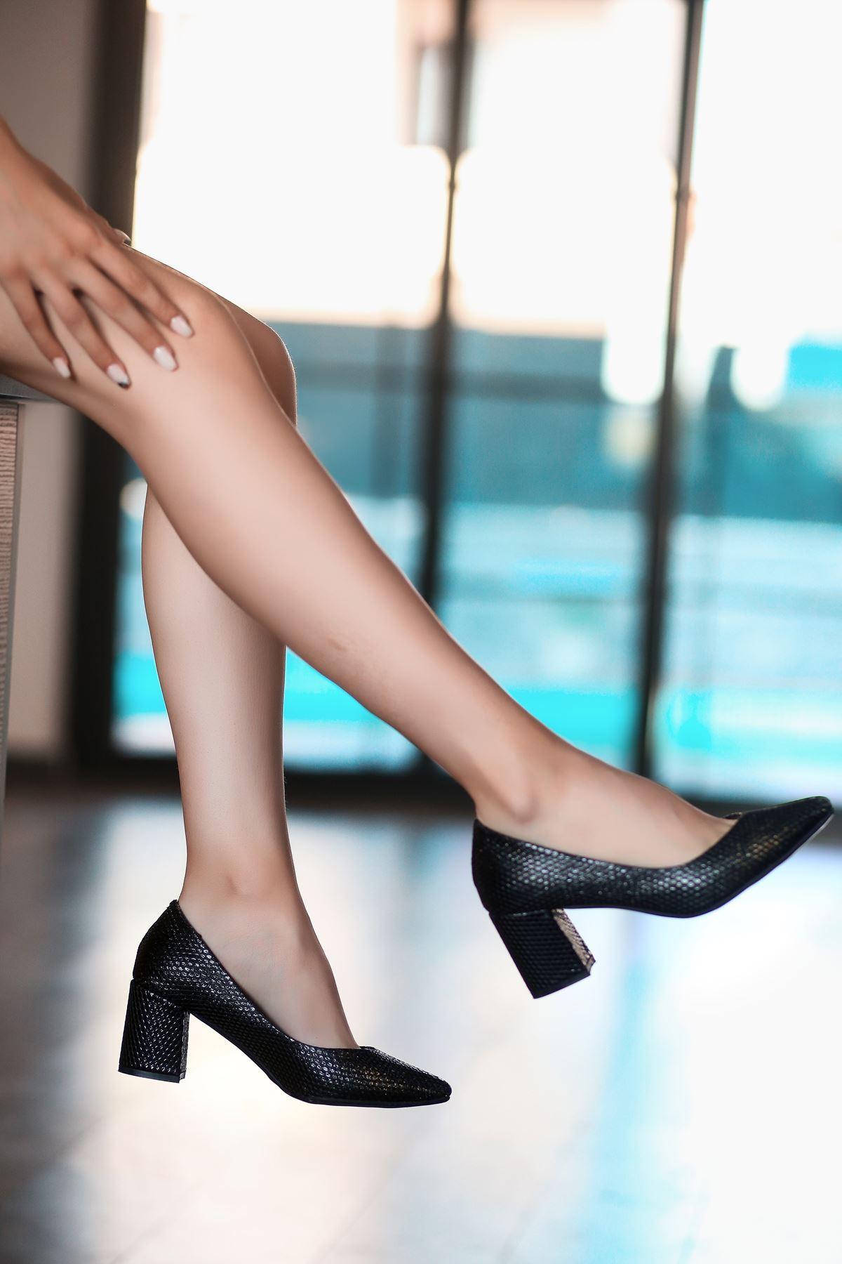 Manina Siyah Cilt  Simli Desenli Topuklu Ayakkabı
