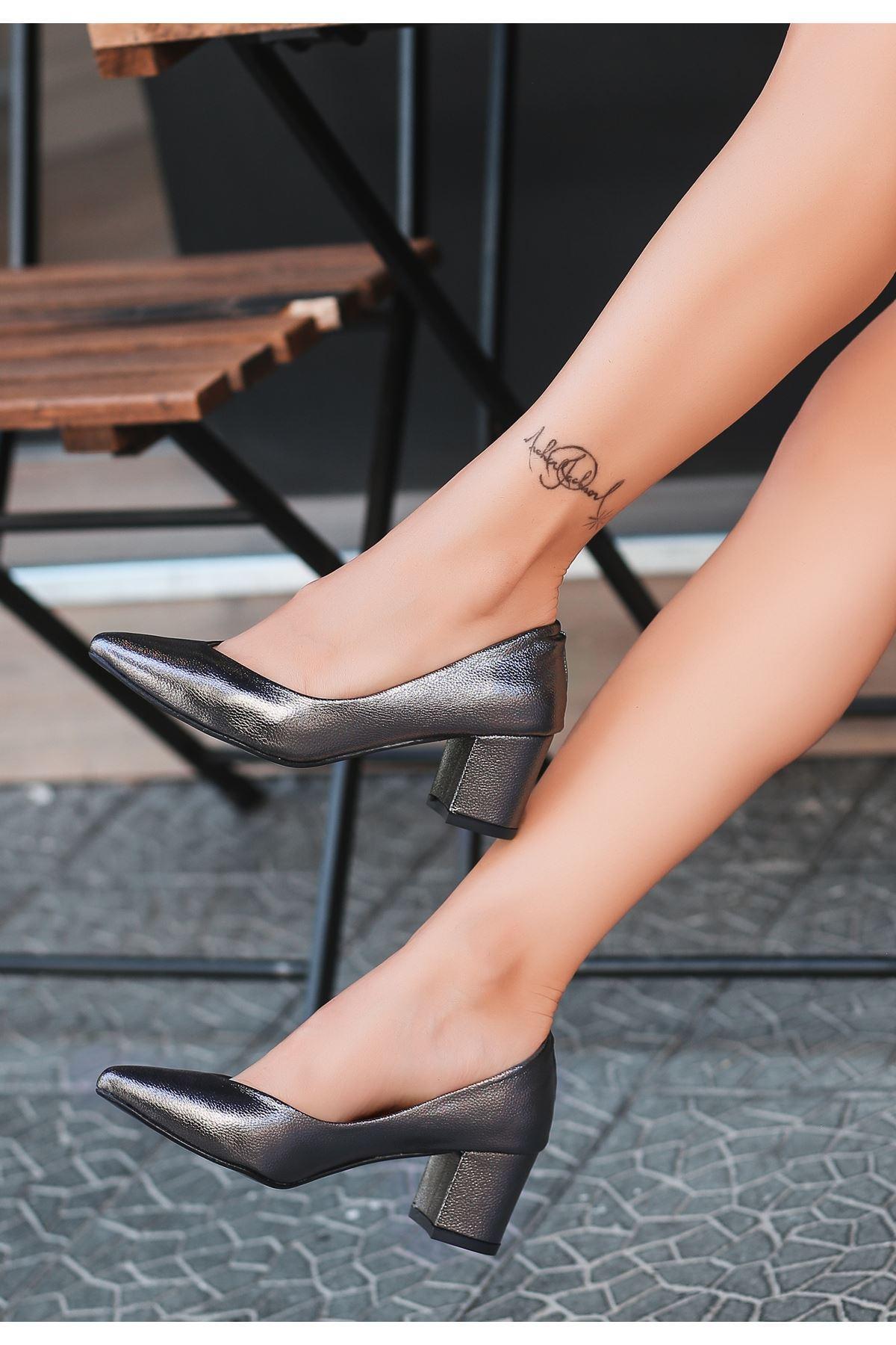 Manina Platin Cilt Desenli Topuklu Ayakkabı