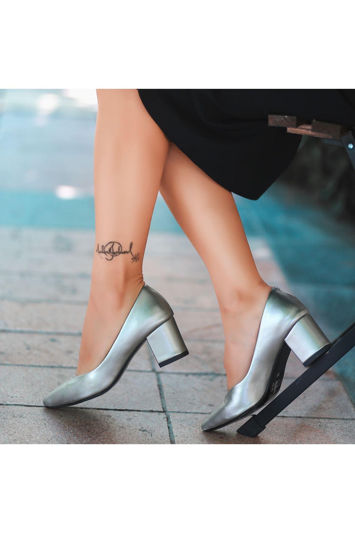Manina Gümüş Cilt Topuklu Ayakkabı
